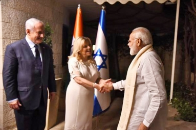 Modi received by Netanyahu in Israel